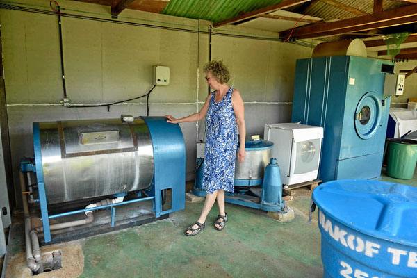 Links die Waschmaschine, dann die Schleuder, ganz rechts der Trockner, echt brasilianische Technik, aber sie läuft seit über 50 Jahren.