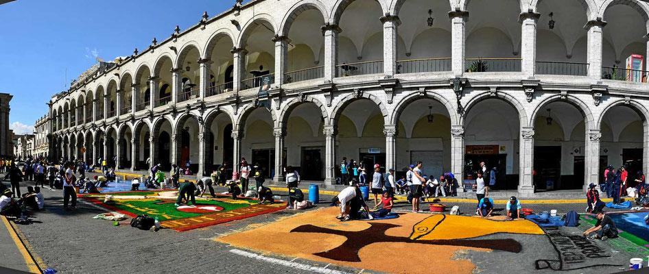 Der Platz Principal de la Virgen ist von drei Seiten von zweistöckigen, die vierte Seite bildet die Kathedrale.
