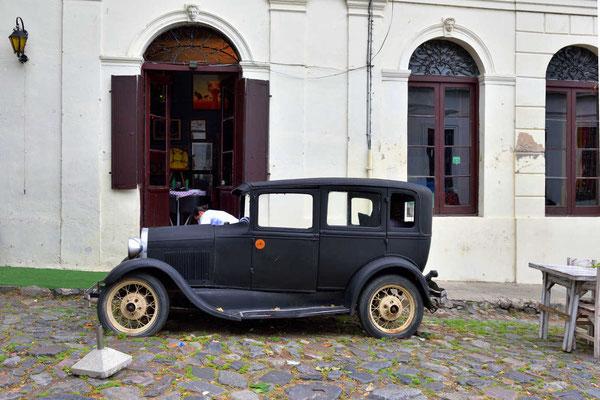 Zur Erbauung der Touristen stehen an vielen Stellen solche alten Automobile, mittlerweile schon ganz schön angegammelt.
