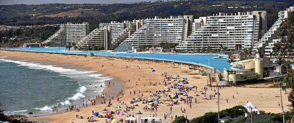 Auch das ist ein Hotel - mit dem größten Swimmingpool der Welt, 1,3 km lang.