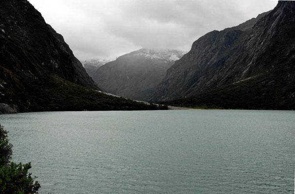 Der Gletschersee Warmichocha, jetzt in dicken Wolken verhüllt.