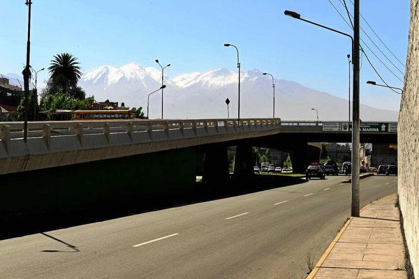 Blick auf den Vulkan Nevado Chachani (6075 m) im Smog.