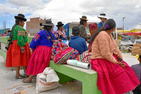 Markt am Titicacasee. Über was unterhalten sich da die Frauen???