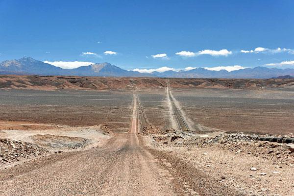 Auf dem Weg nach Caspane. Dann sind wir aber in Tocone gelandet. Die Pipeline ist für Wasser, das aus den Anden zu den Städten geleitet wird.
