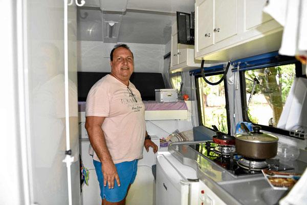 Der Besitzer einer tollen Pickup-Kabine mit nur 2 m Länge und allem drin.