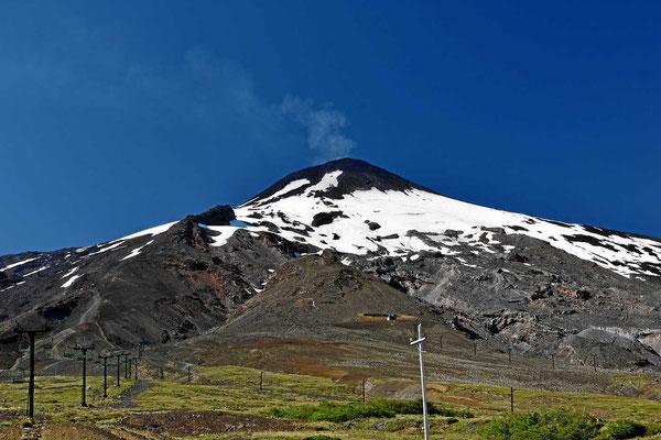 Der Vulkan ist aktiv, er spuckt eine ewige Rauchwolke aus. Nachts kann man das Glühen des Lavasees im Krater als roten Schimmer der Wolke erkennen.