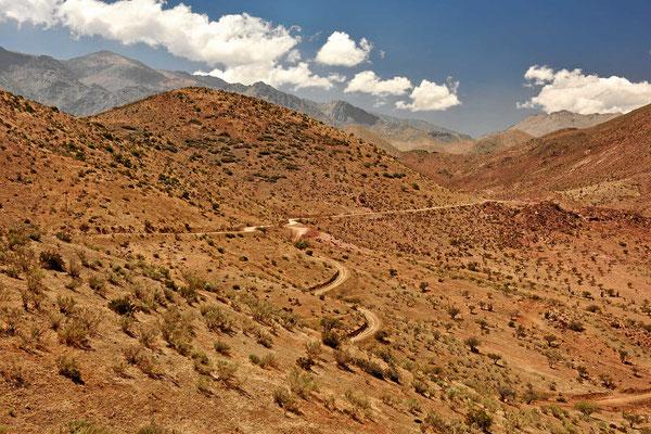 Immer wieder tolle Fernsicht über die Berge, auf mehreren stehen Observatorien.