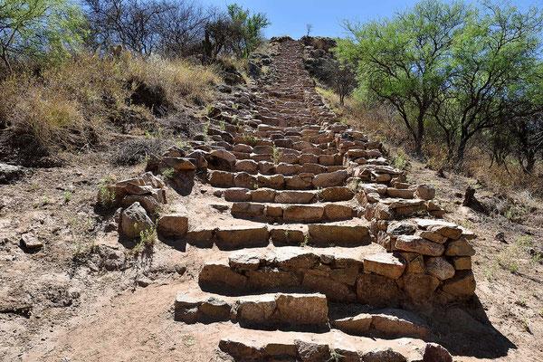 Treppe zu einer Tempelplattform.