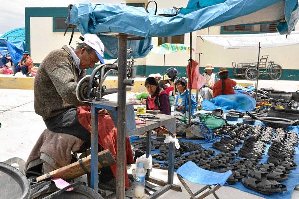 Markt am Titicacasee. Hier werden Schuhe aus Altreifen gefertigt.