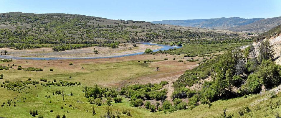 Hier hinter dem Andenkamm ist es deutlich trockener. Das Flusstal des Rio Biobio.