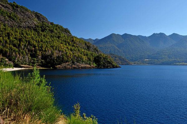 Wir fahren entlang des Sees Rinihue, er liegt wunderbar schön in den Anden.