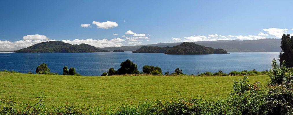 Nochmal der See Puyehue. Bei der Fahrt entlang des Ufers versperren meistens Bäume und Büsche den Seeblick.