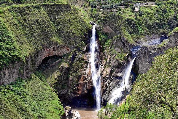 Wasserfälle an der Bergflanke des Vulkans Tungurahua im Tal des Rio Pastaza