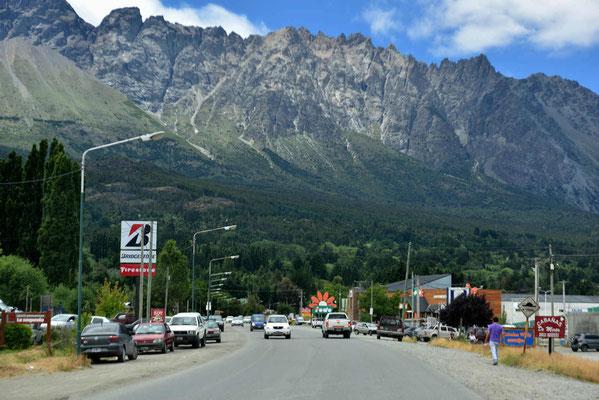 El Bolson liegt sehr schön in den Bergen.