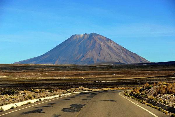 Ein Bilderbuchvulkan auf dem Weg nach Arfequipa.