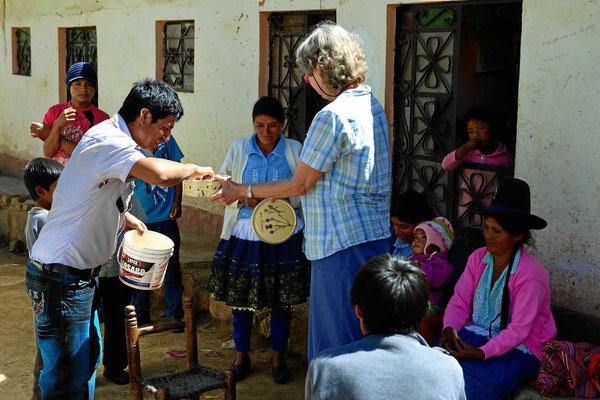 Auf einer Indiofiesta verteilt Marion ihre dänischen Butterkekse