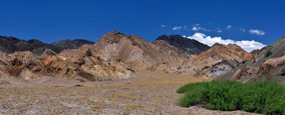 Immer wieder begleiten mich faszinierende polychrome Felslandschaften.