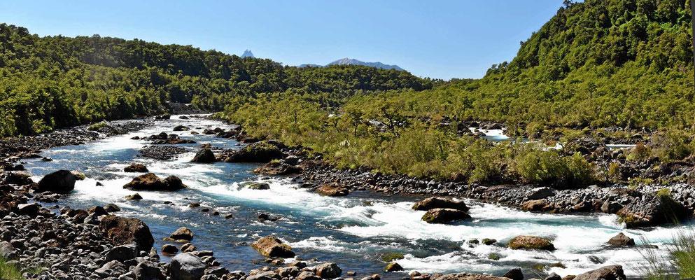 Der Rio Petrohue, ein wilder Fluss, der aus dem See Todos Los Santos kommt und in den Llanquihue fließt.