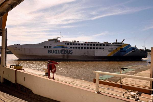 Unser Fährschiff kommt.