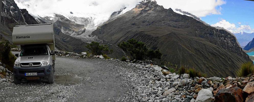 Dazu eine kleine Passstraße, hier geht es ungesichert mehrere Hundert Meter abwärts.