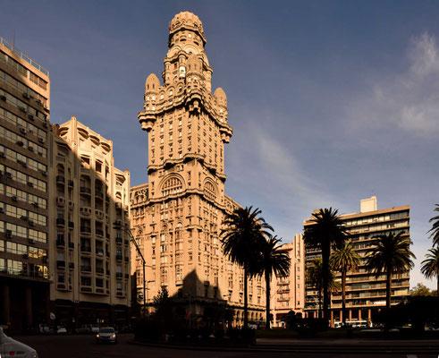 Der Palacio Salvo mit seinen Erkern (wie Patronenhülsen) und den putzigen Harry-Potter-Fensterchen.
