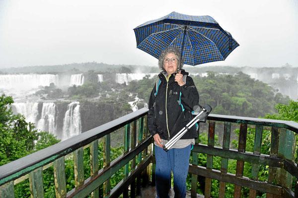 Dann wir auch, aber besser dem Wetter angepasst mit Wettermiene und Regenschirm.