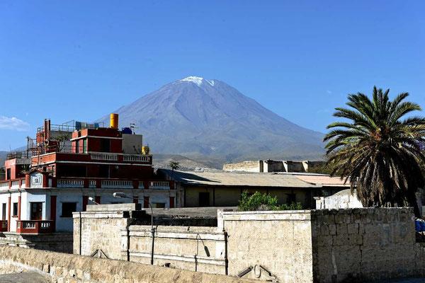 Blick auf den Bilderbuchvulkan Misti (5821 m) vom Kloster aus.