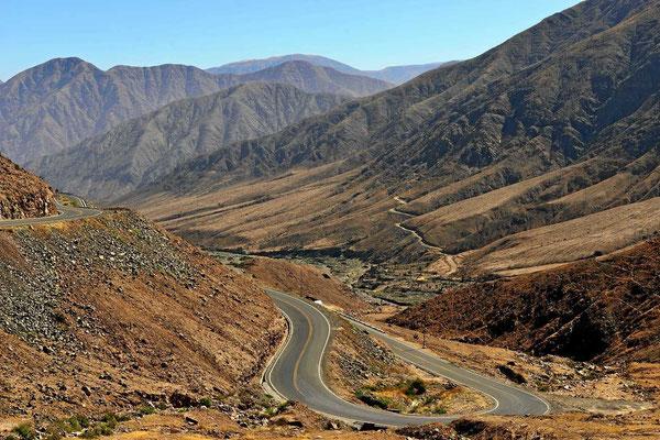 Ich verlasse die Küstenwüste von Nazca, es geht hoch in die Berge.