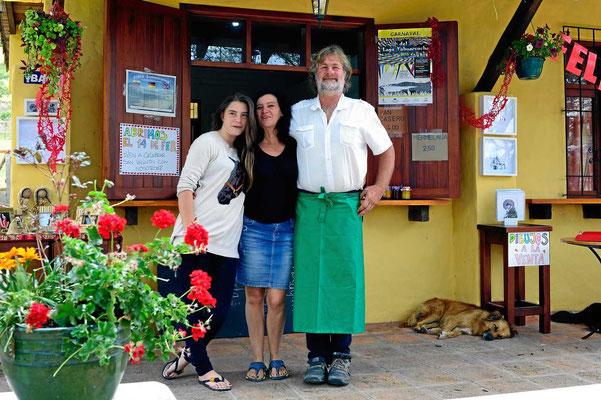 Hansjörg, unser Engel von der Finca Sommerwind mit seiner Frau Patricia und Tochter vor dem Cafe Aleman.