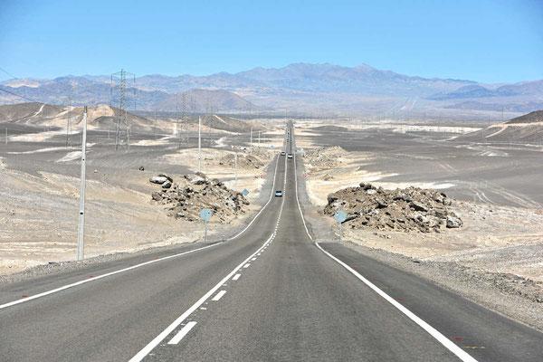 Endlose Straßen in  Richtung zentrale Atacamawüste.