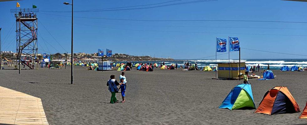 Ein Surfwettbewerb an schönem Strand, im Ort steht de Verkehr, freie Parkplätze gibt es nicht.
