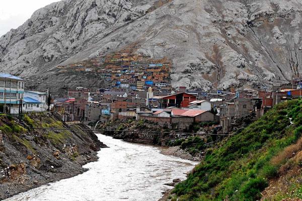Der Ortsbeginn von Oroya, einem der größten Minenorte in Peru.