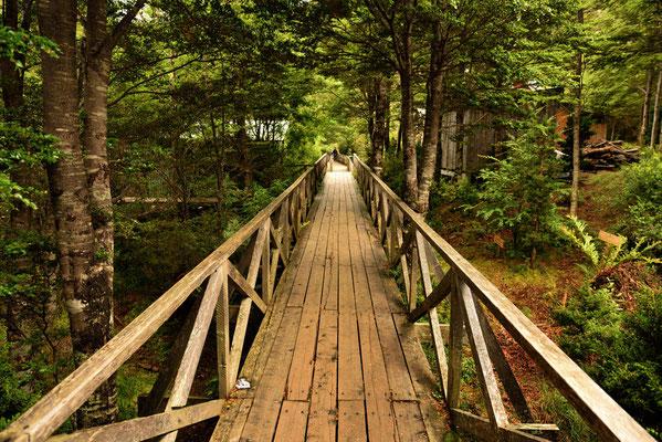 Der Ort hat keine Straßen, sondern nur Bohlenwege oder Treppen.