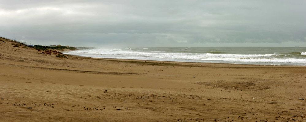 Der Strand von Neochochea, eigentlich recht schön, aber direkt daneben sind Großsilos und eine Hafen. Zwischen solchen Industrieanlagen möchte ich keinen Urlaub machen.
