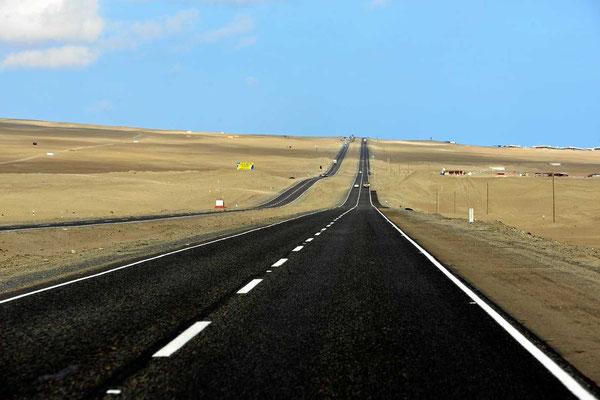 Auf dem Weg nach Lima, vierspurig auf leerer Straße durch die Küstenwüste.