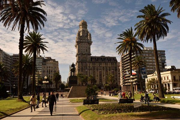 Die Plaza Independencia mit dem Palacio Salvo.