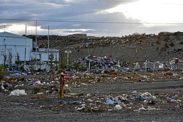 Aber Müll gibt es hier überall. In der Nähe ist eine Mülldeponie und der Pamapwind treibt den Müll überall hin.