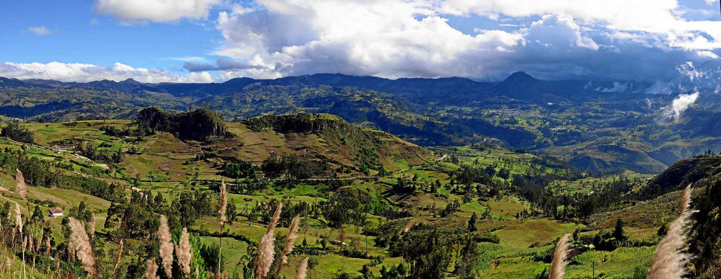 Traumfahrt durch ein leeres Bergland. Endlich gefällt uns beiden auch das zentrale Hochland von Ecuador.