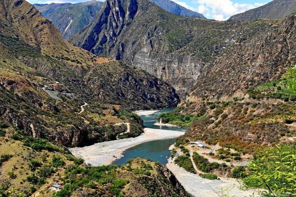 Der Rio Apurimac in einsamer Gebirgslandschaft.