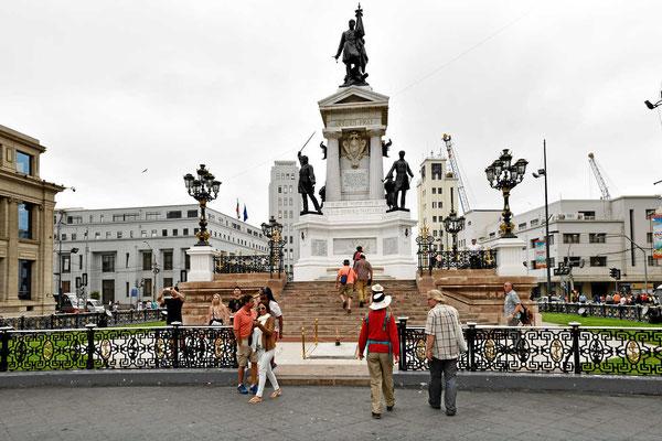 Und natürlich gibt es auch hier Denkmäler zum Salpeterkrieg.