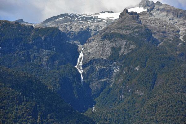 Wasserfälle mit weit über hundert Meter Fallhöhe unterhalb der Gletscher.