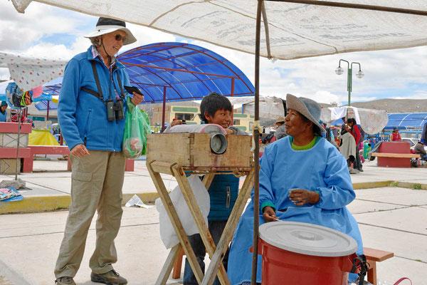 Markt am Titicacasee. Hier gibt es Wassereis.