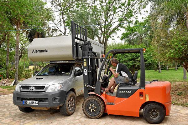 """Als """"echter"""" Paraguayaner hat man natürlich einen Gabelstapler zu Hause. Damit kann man die Kabine vorne anheben. Mit einer gewissen Distanz zwischen Kabine und Pickup kann man den Schaum unterhalb des Alkovens demontieren."""