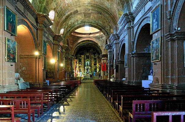 In Pomata steht eine wunderschöne Kirche aus rotem Buntsandstein gemauert. Der Blick auf den Altar.
