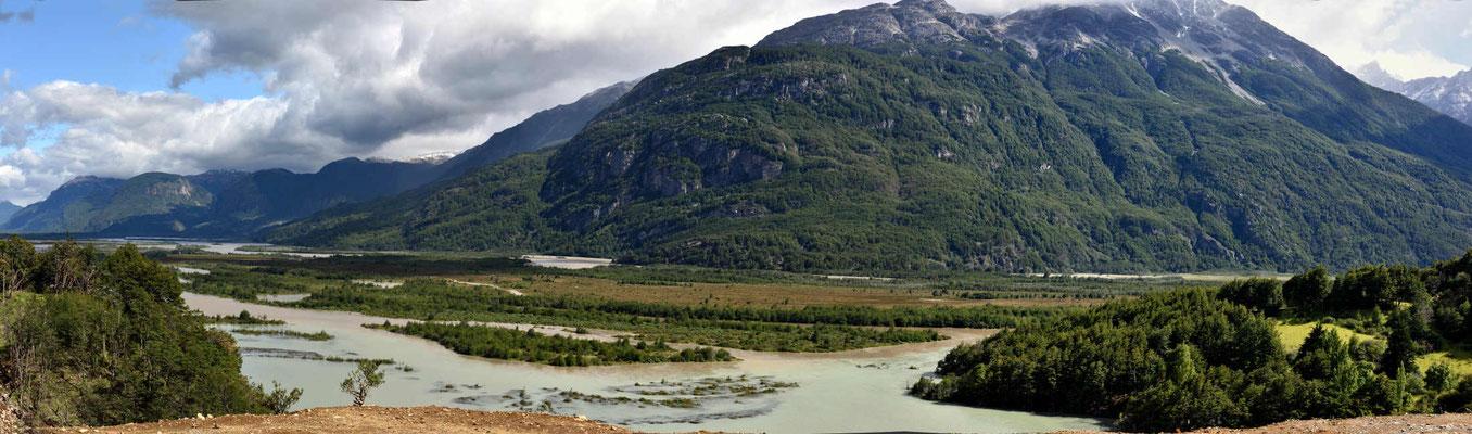 Die Strecke zwischen CerroCcastillo und Lage General Carrera, hier geht es noch entlang des Rio Ibanez.