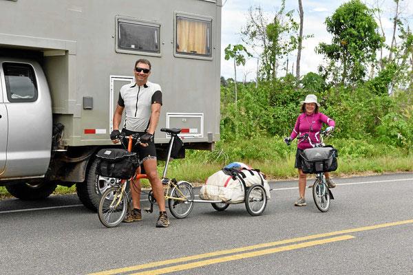 Ein brasilianisches Paar mit Brompton Faltradern auf den Weg nach Venezuela (in der Regenzeit). Der kommende Pass ist 4750 m hoch.