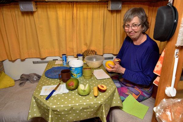 Marion beim zubereiten ihres Fruchtsalatfrühstück.