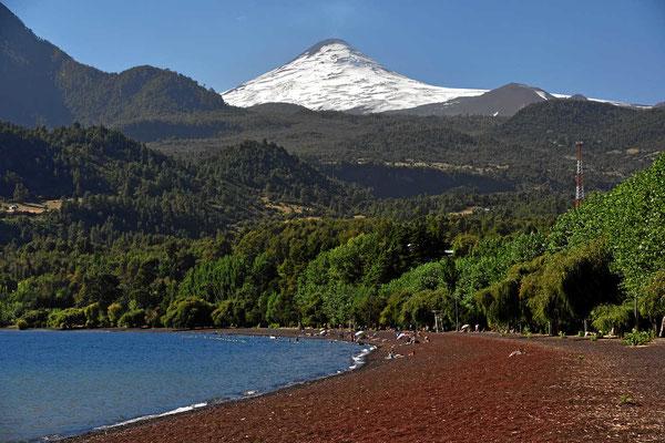 Der Strand von Conaripe am See Calafque mit Blick auf den Vulkan Villarrica.