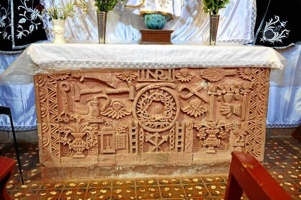 Steinmetzarbeit am Altar.