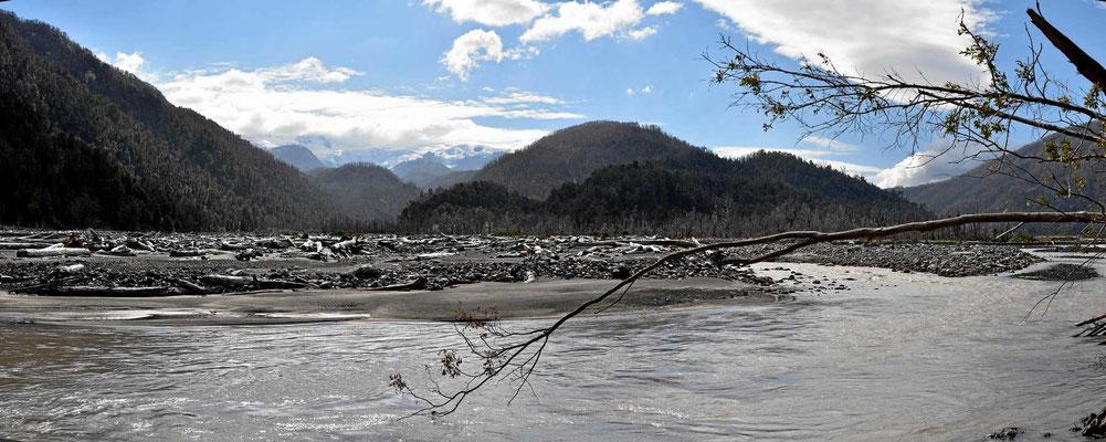 Der Rio Amarillo mit dem Schmelzwasser der Gletscher auf dem Vulkan Michinmahuida.
